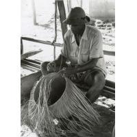 Homme confectionnant un panier