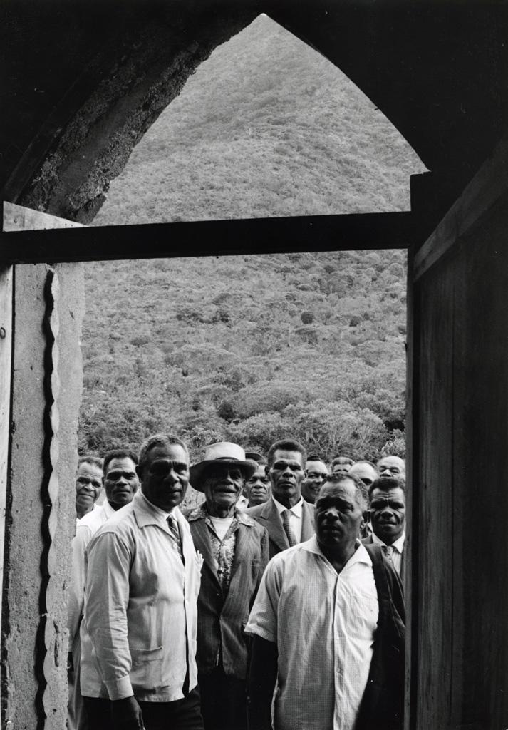[Hommes à l'entrée d'un temple]