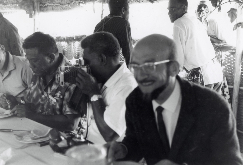 [Hommes attablés lors de l'Assemblée des Églises du Pacifique à Chepenehe en 1966]