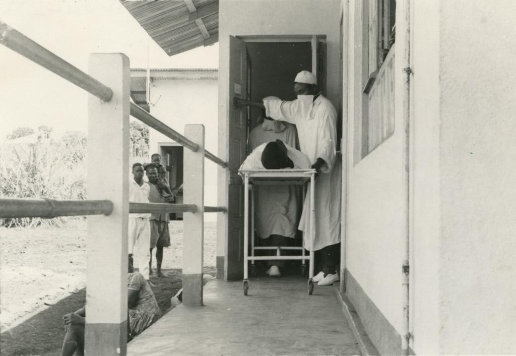 Hôpital de Ndoungue, sortie du bloc opératoire