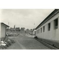 Hôpital de Ndoungue, une allée entre les pavillons