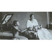 Imwambo, la reine, épouse du roi Yeta III, devant sa machine à coudre
