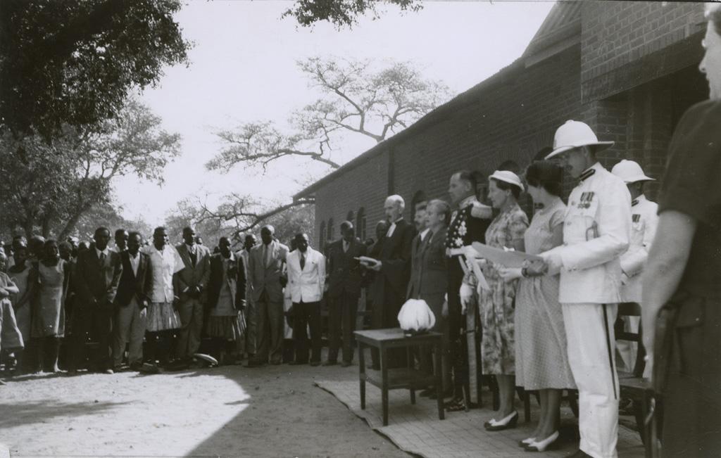 Inauguration de l'hôpital de Senanga en 1955 en présence du Gouverneur de Rhodésie du Nord