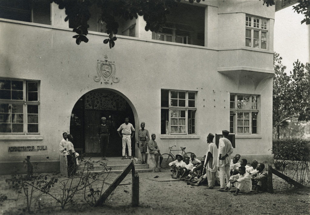 Indigènes attendant devant la maison de l'administrateur de la circonscription