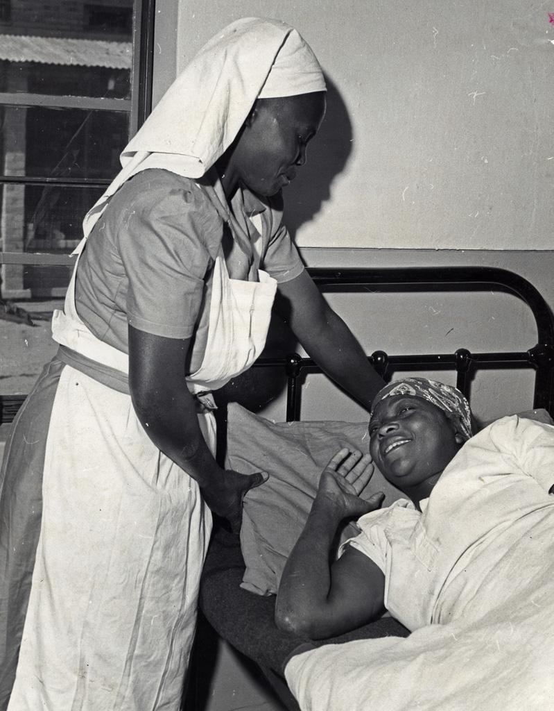 Infirmière avec un patient à l'hôpital Balovale