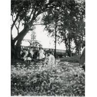 Inondations. Le jardin qui entoure le tombeau du Premier Ministre Raihinaro est transformé en campement