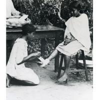 Internat de jeunes filles, Croix-Rouge, bandage du pied