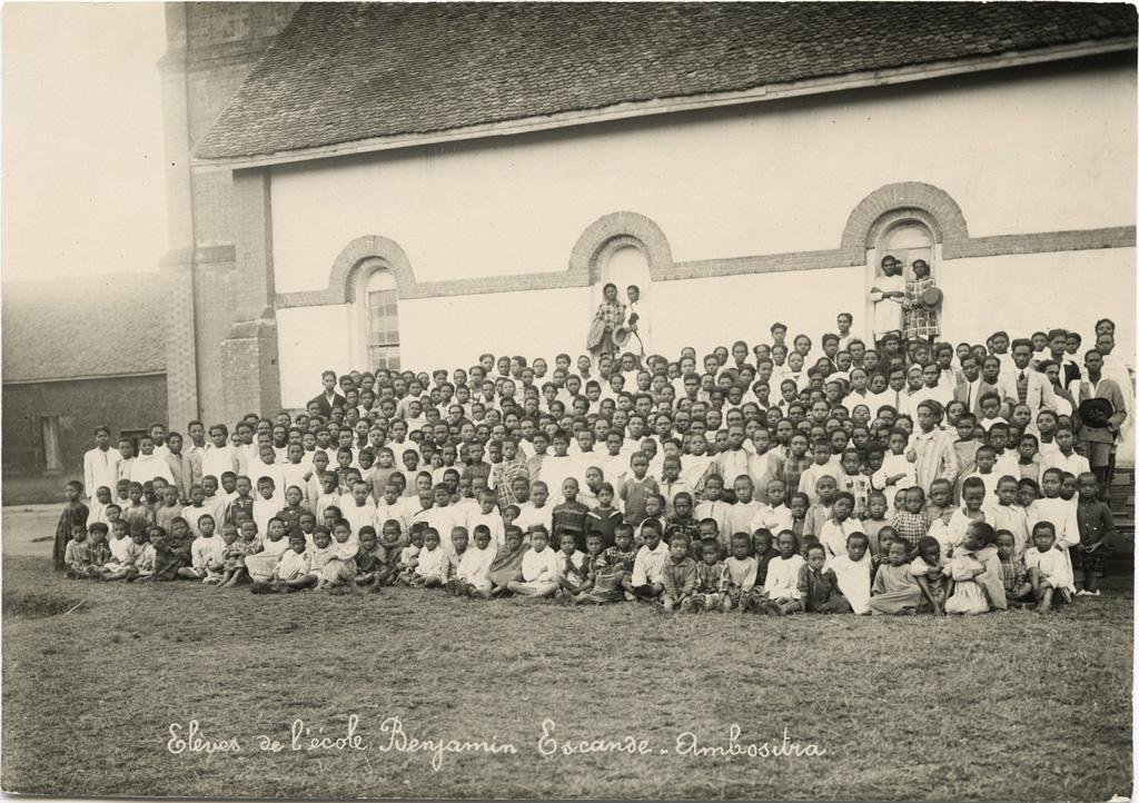 "Internes de l'Ecole Benjamin Escande, devant l'église protestante ""Manarintsoa Ranovelona"""