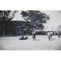 Intronisation du roi Mwanawina III : arrivée de Mwanawina (tout à droite) sur la place centrale de Léalui