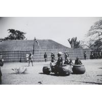 Intronisation du roi Mwanawina III : le roi assis sur un maoma (tambour royal)