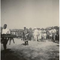 """Intronisation du roi Mwanawina III : le roi se rend vers les maomas (tambours royaux), précédé d'un joueur de """"silimba"""""""