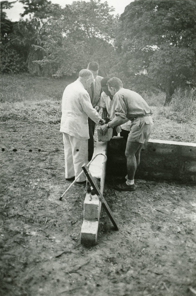 Jean Beigbeder (aidé de Seidenbinder) pose la première pierre du centre d'accueil de Libreville / Pierre Seidenbinder (1955-01-21)