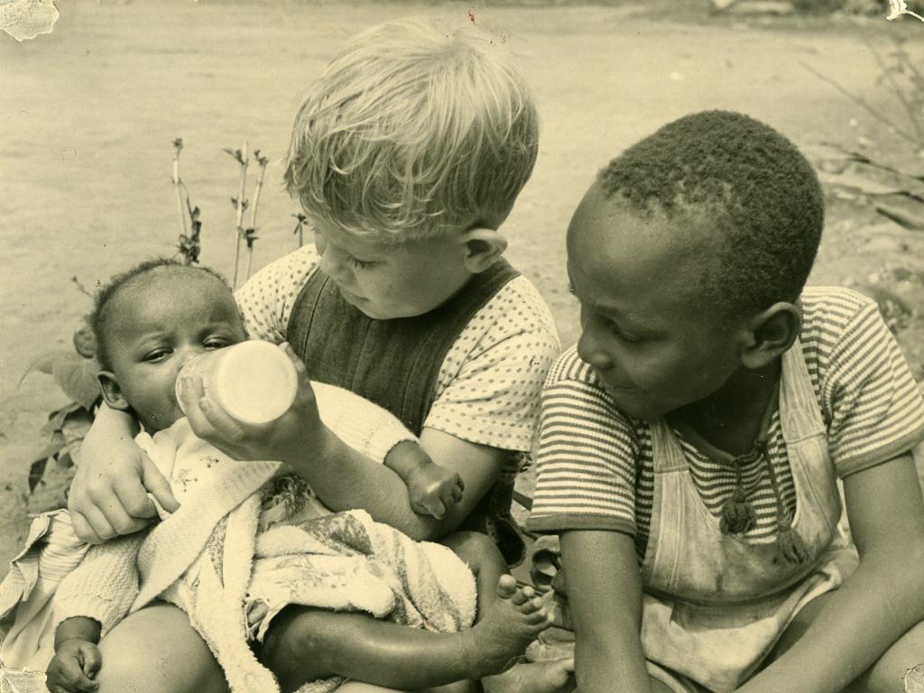 Jean-Luc Gambier et son ami Zacharie donnant le biberon à Ada, orpheline élevée par le docteur Brunet