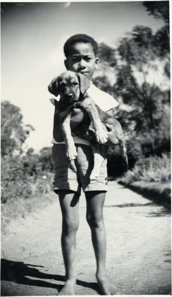Jeune Malgache et son petit chien