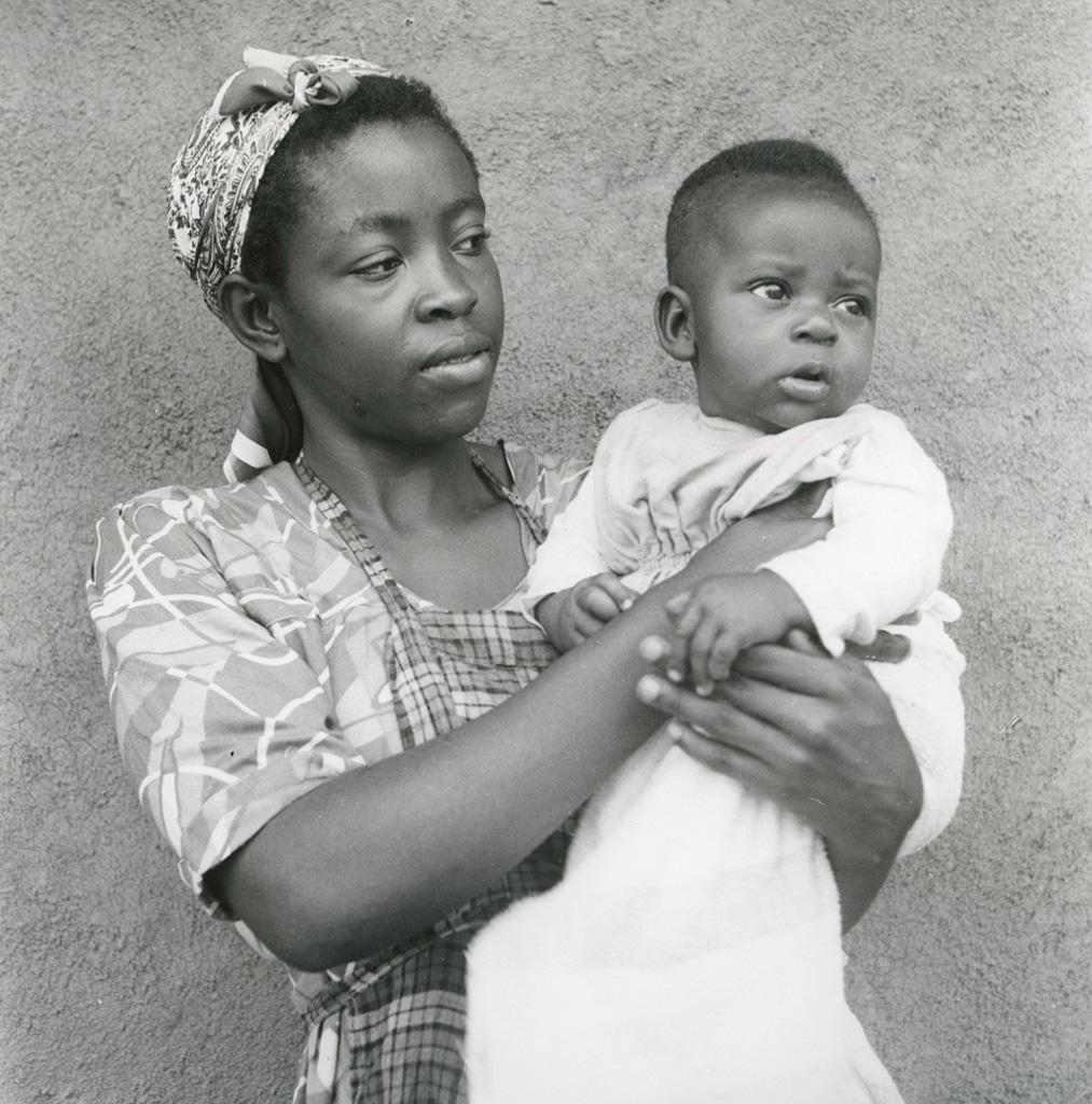 Jeune femme d'un infirmier de Bangwa et son enfant