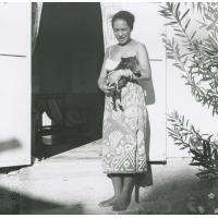 Jeune femme et son petit cochon familier