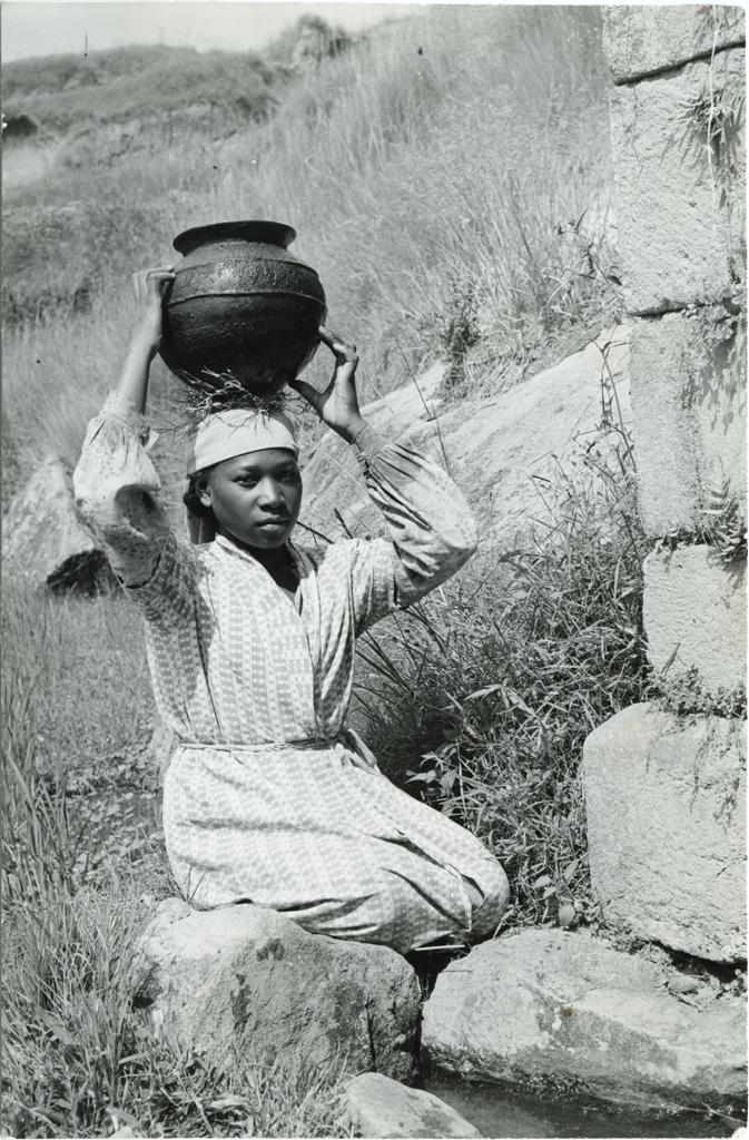 Jeune femme malgache venant de puiser de l'eau