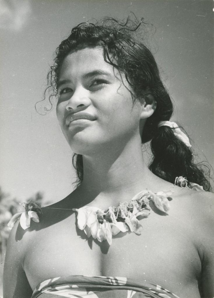 Jeune fille de Maupiti (Îles Sous-le-vent)