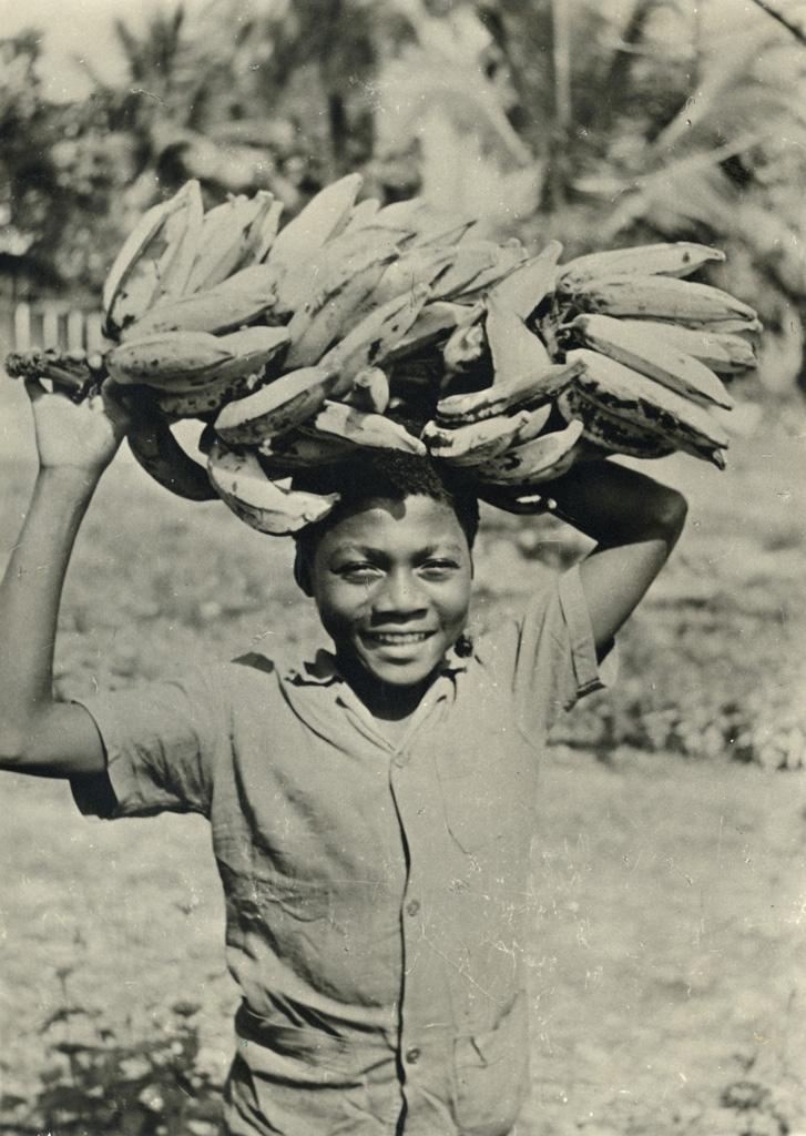 Jeune garçon avec des bananes
