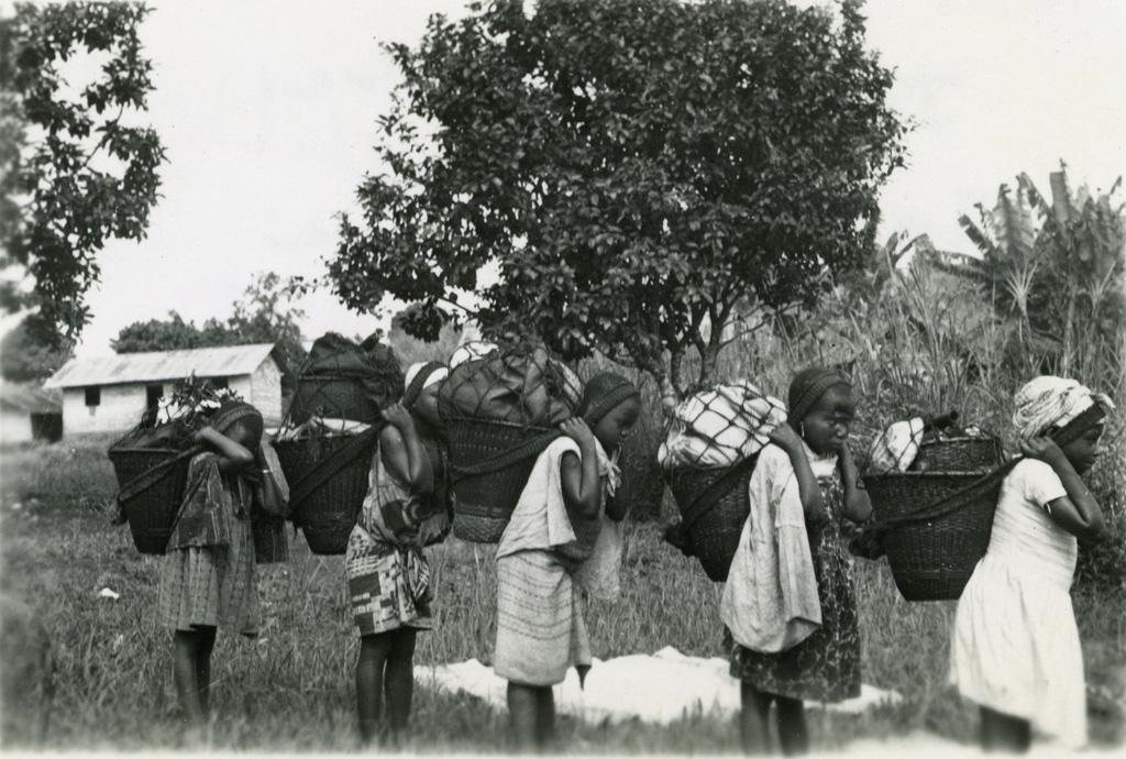 Jeunes écolières en route