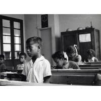 Jeunes écoliers dans une classe