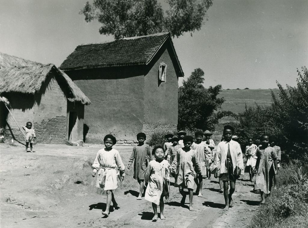 Jeunes enfants Hova sortant de l'école