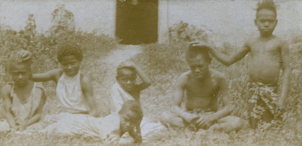 Jeunes enfants mélanésiens