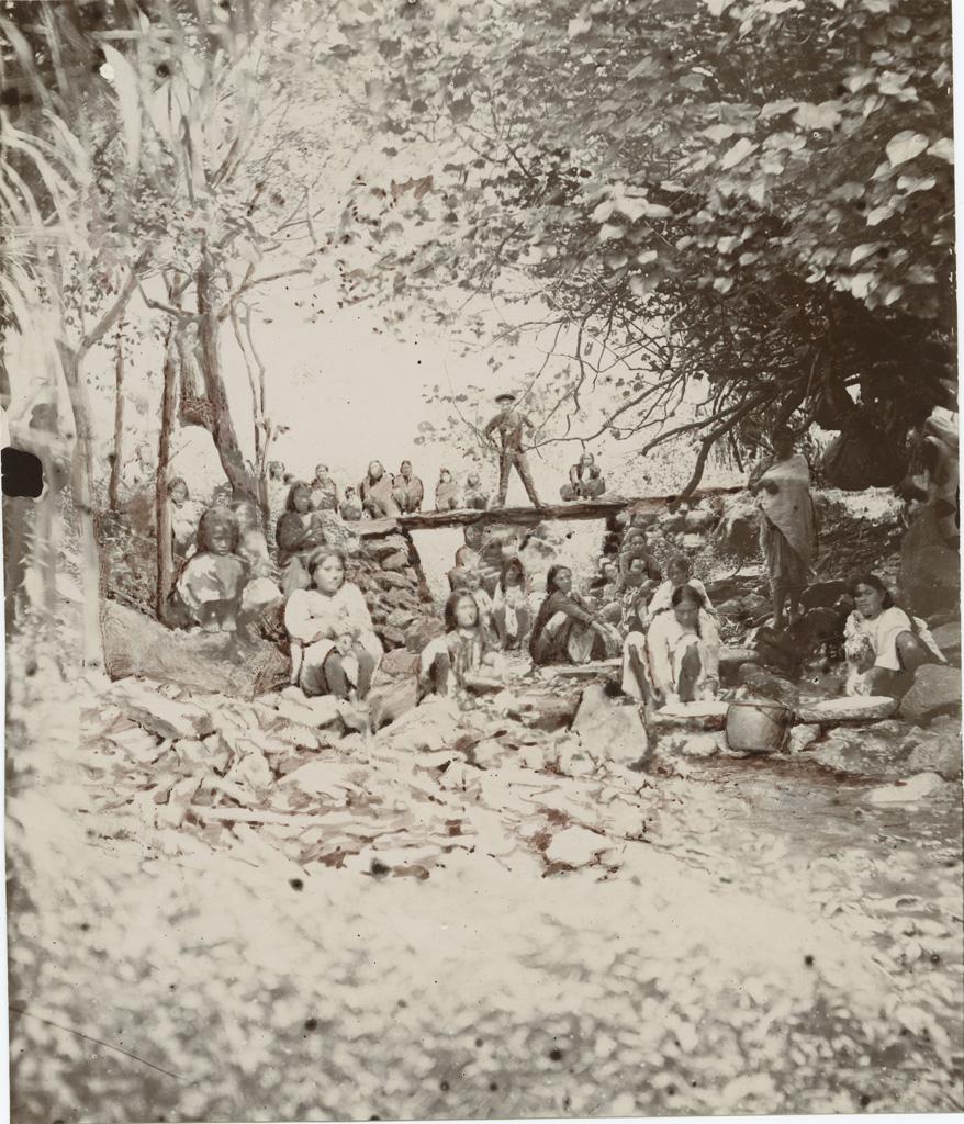 """Jeunes filles de Rapa préparant le """"popoï"""" (taro), au milieu de la rivière"""