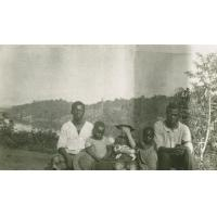 Jeunes gabonais avec un enfant de missionnaires