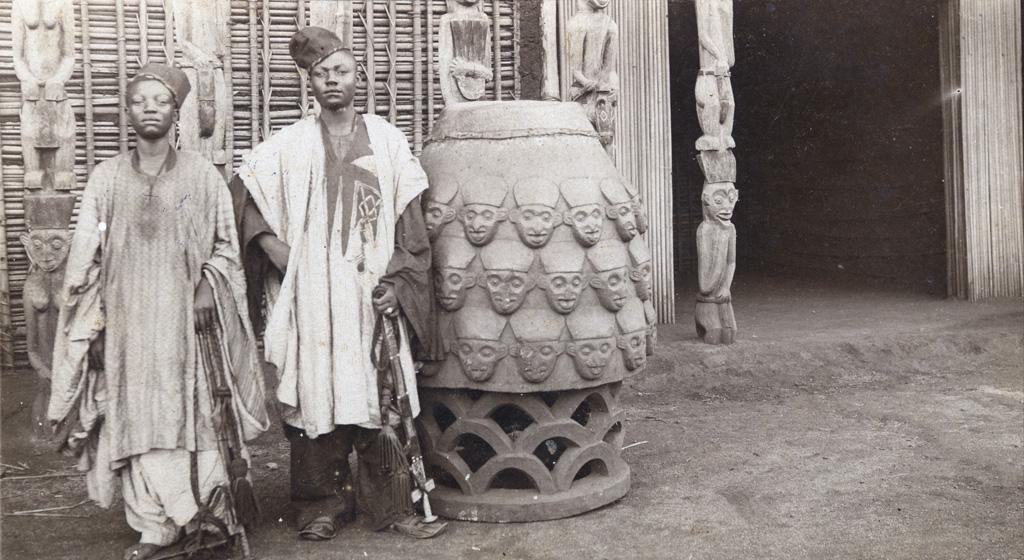 Jeunes hommes devant le grand tambour du palais