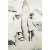 Jeunes malgaches près d'une pierre dressée