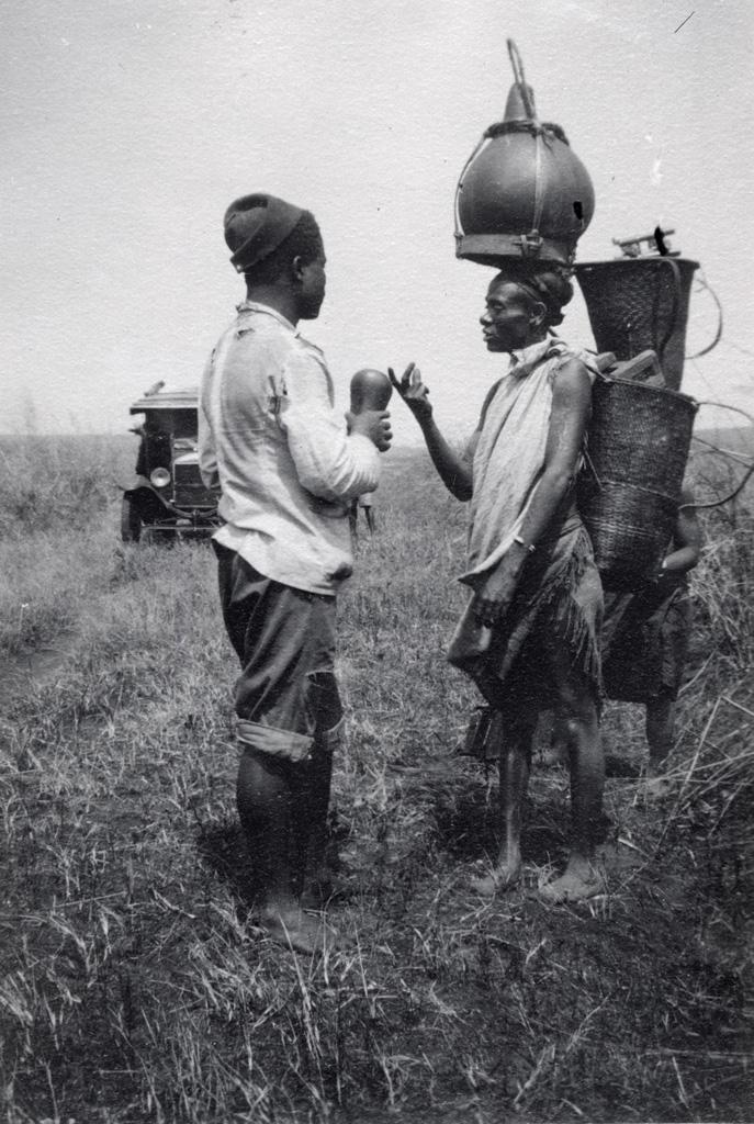 Josué l'infirmier discute pour acheter du vin de palme