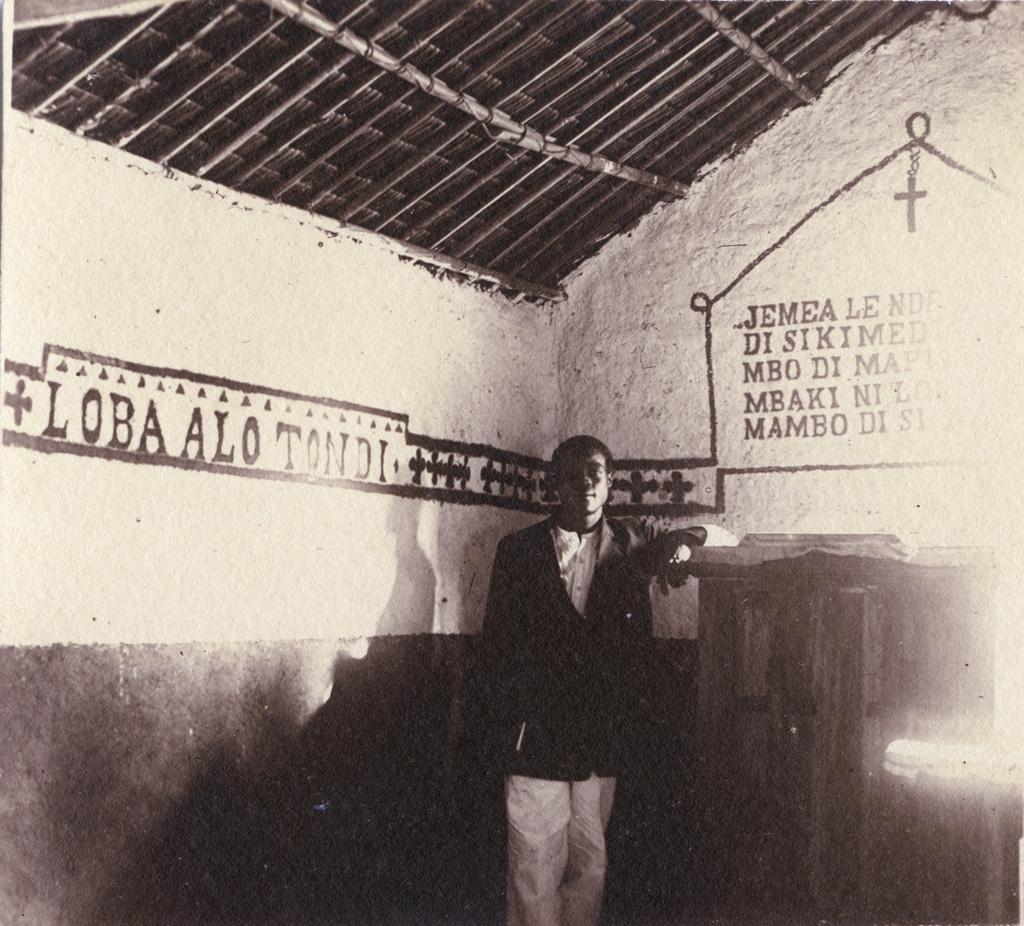 L'aide catéchiste Siegfried Ekonyole, dans son église