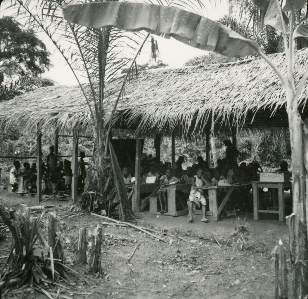 L'école de village de Ntyatanga, à son premier stade de construction