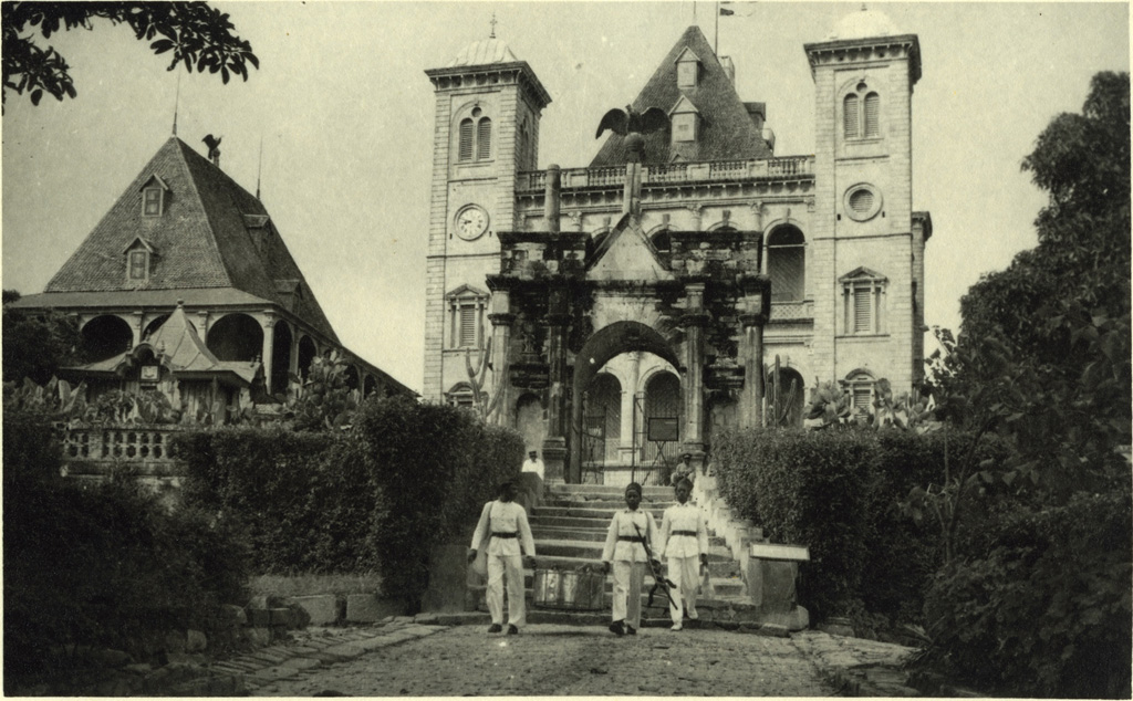 L'entrée principale du Palais de la Reine