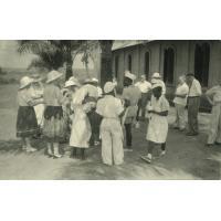 L'heure du thé lors d'une réception à la mission presbytérienne