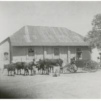 La calèche royale de la Mokwae (princesse Lozi) stationné devant de temple de Nalolo