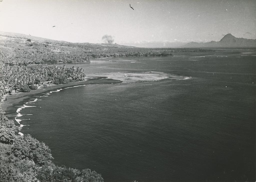 La côte Nord de Tahiti. Dans le fond, l'île de Moorea