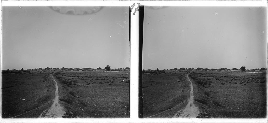 La digue qui relie la station missionnaire au village du Litunga (roi Lozi) de Lealui, vu dans le fond