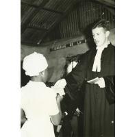 La jeunesse Bamiléké reçoit l'évangile des mains du Pasteur Schaaf, agent des sociétés bibliques au Cameroun