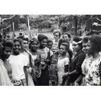 La missionnaire Melle Bischel, entourée de quelques-unes de ses élèves, au collège de Do-Neva
