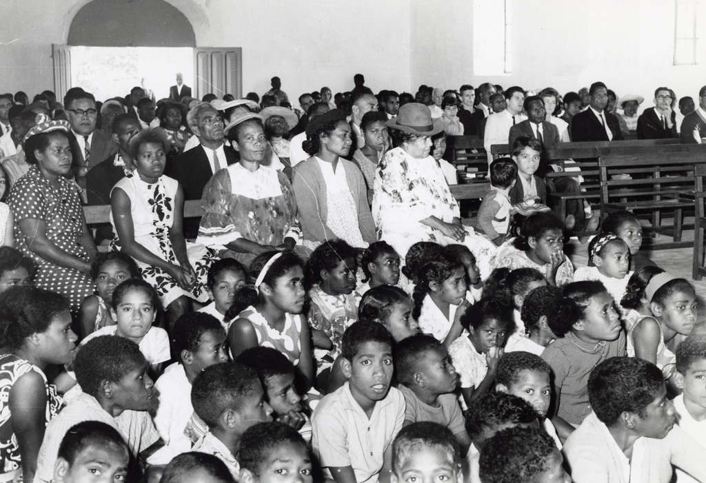 La paroisse locale se mêle aux délégués de l'assemblée pour le culte, temple de Chépénéhé