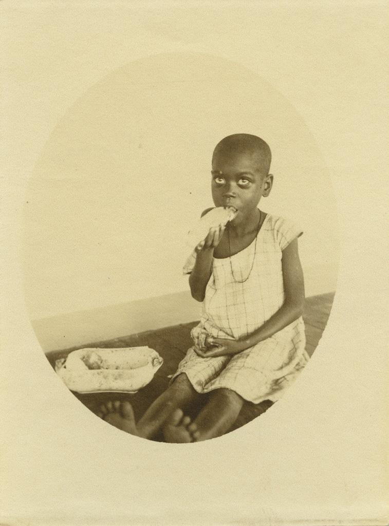 La petite Jgwanga mangeant de bon appétît
