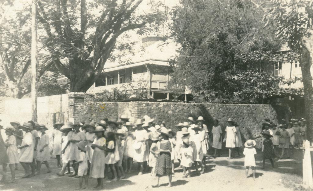 La sortie de onze heures à l'école des filles de Papeete