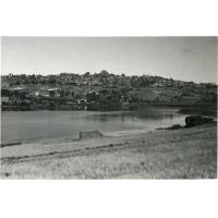 La ville vue des bords du lac de Mandroseza