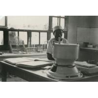 Laboratoire de Ndoungue : centrifugeuse et laborantine