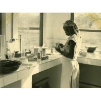 Laboratoire, nettoyage des lames, Obane infirmière lépreuse