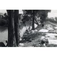 Laveuses au bord du canal d'Isotry