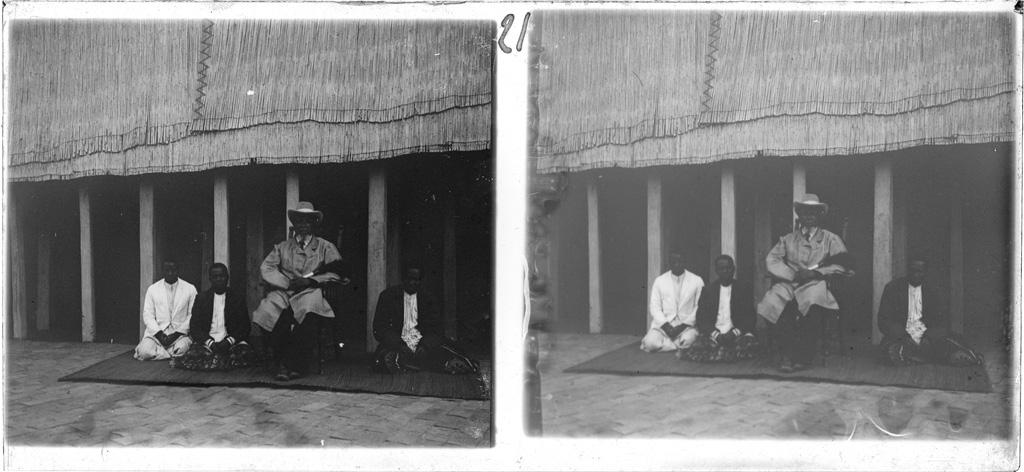 Le Litunga (roi des Lozi) Lewanika entouré de trois conseillers dans la cour de son palais à Lealui