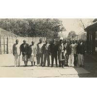 Le Litunga (roi des Lozi) Mwanawina III entouré de ses conseillers